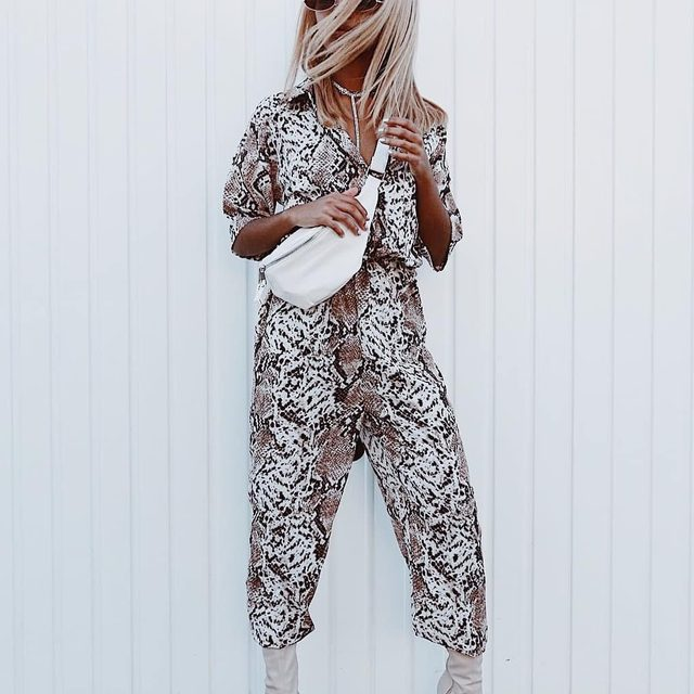 In the wild 🐯⛓️🗯️ Shop our white bag collection by visiting the bio link. @mpholebajoa #BOOHOObabes
